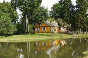 Dvarų projekto dalyviai aplankė neregėtąją Antaprūdės dvaro sodybą | Ignalinos viešosios bibliotekos nuotr.
