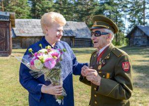 Prezidentė susitinka su partizanu Juozu Jakavoniu-Tigru | lrp.lt nuotr.