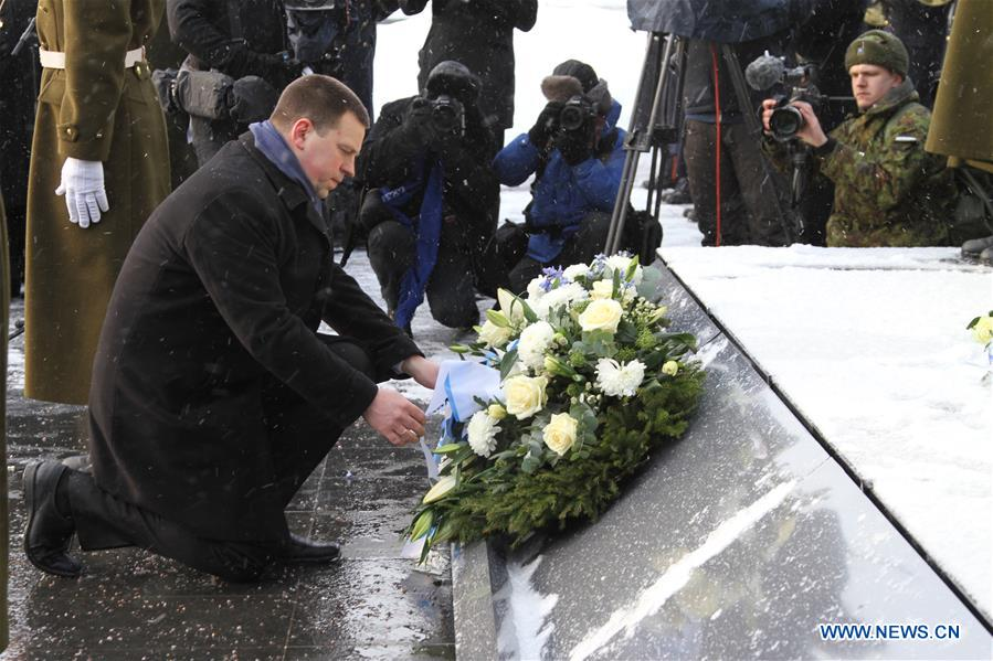 Estijos premjeras deda vainiką prie Nepriklausomybės paminklo Taline | wikipedia.org nuotr.