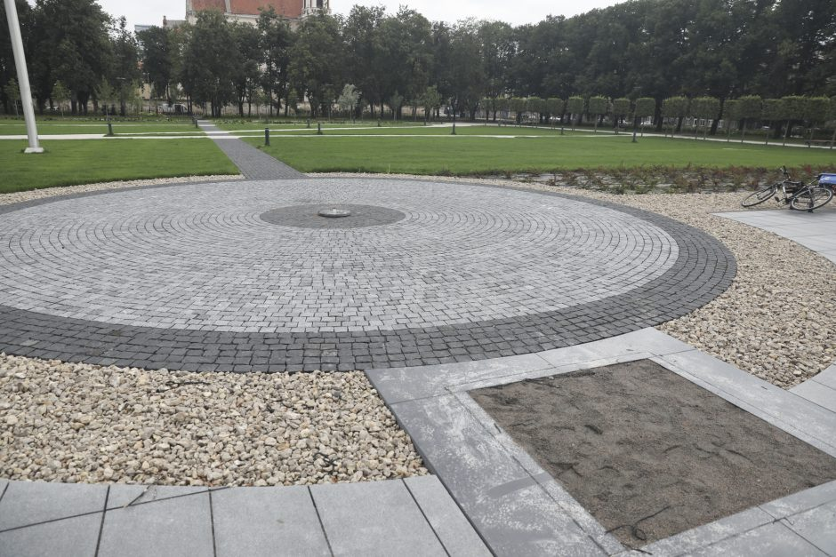 Granito plokštės su Šimtmečio žiede patalpintų Lietuvos laisvės kovų relikvijų sąrašu buvo išluptos š. m. liepos mėnesį | wikipedia.org nuotr.