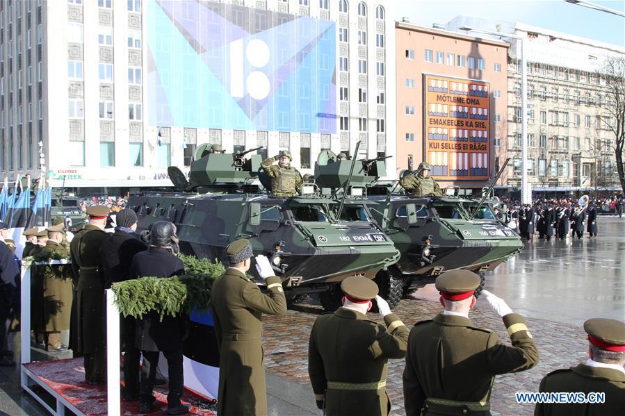 Karinės technikos paradas ant Laisvės aikštės tašytų akmenų grindinio Taline | wikipedia.org nuotr.