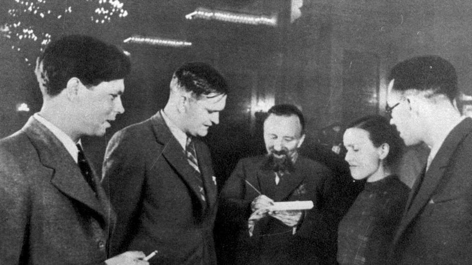 Kremliuje, Maskvoje, 1940 m. iš kairės P. Cvirka, A. Venclova, L. Gira, S. Nėris, K. Korsakas | Archyvinė nuotr.
