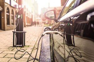EP siekia, kad iki 2030 m. elektrinių ir hibridinių automobilių dalis pardavimuose sudarytų bent 35 proc.   European Union-EP nuotr.