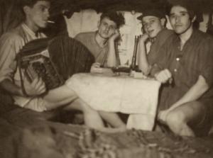 Neatpažinti Aukštaitijos krašto partizanai bunkeryje. Fotografuota apie 1952 metus Tauragnų apylinkėse   Okupacijų ir laisvės kovų muziejaus fondų nuotr.