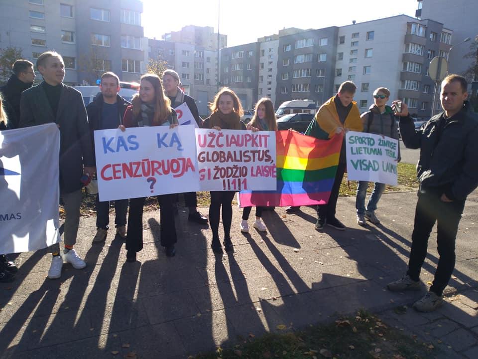 Šalia mitingo prieš cenzūrą buriuojasi apie 30 liberaliojo jaunimo atstovų triukšmingai reiškiančių savo nepasitenkinimą šiuo mitingu | Alkas.lt, T. Baranausko nuotr.