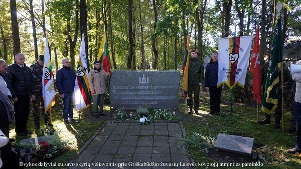 Išvykos dalyviai su savo skyrių vėliavomis prie Griškabūdžio žuvusių Laisvės kovotojų atminties paminklo | A. Grigaitienės nuotr.