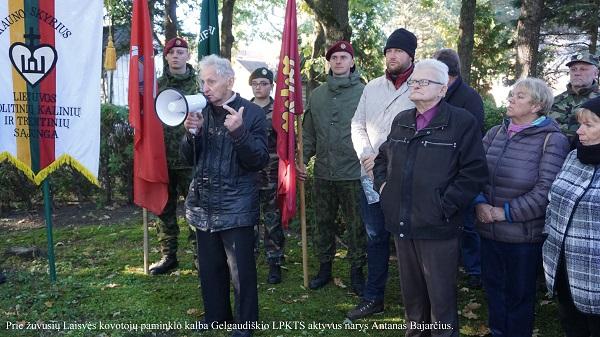 Prie žuvusių Laisvės kovotojų paminklo kalba Gelgaudiškio LPKTS aktyvus narys Antanas Bajarčius | A. Grigaitienės nuotr.
