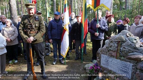 Prie Tauro apygardos vado A. Grybino-Fausto bunkerio ir paminklo kalba apsivilkęs rekonstruota partizanų uniforma istorikas Ramūnas Skvireckas | A. Grigaitienės nuotr.