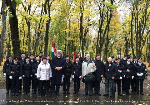 J. E. p. ambasadorius Zoltan Jancsi su minėjimo renginio talkininkais ir su Gen P. Plachavičiaus kadetų licėjaus kadetų grupe | J. Budžiūtės ir A. Grigaitienės nuotr.