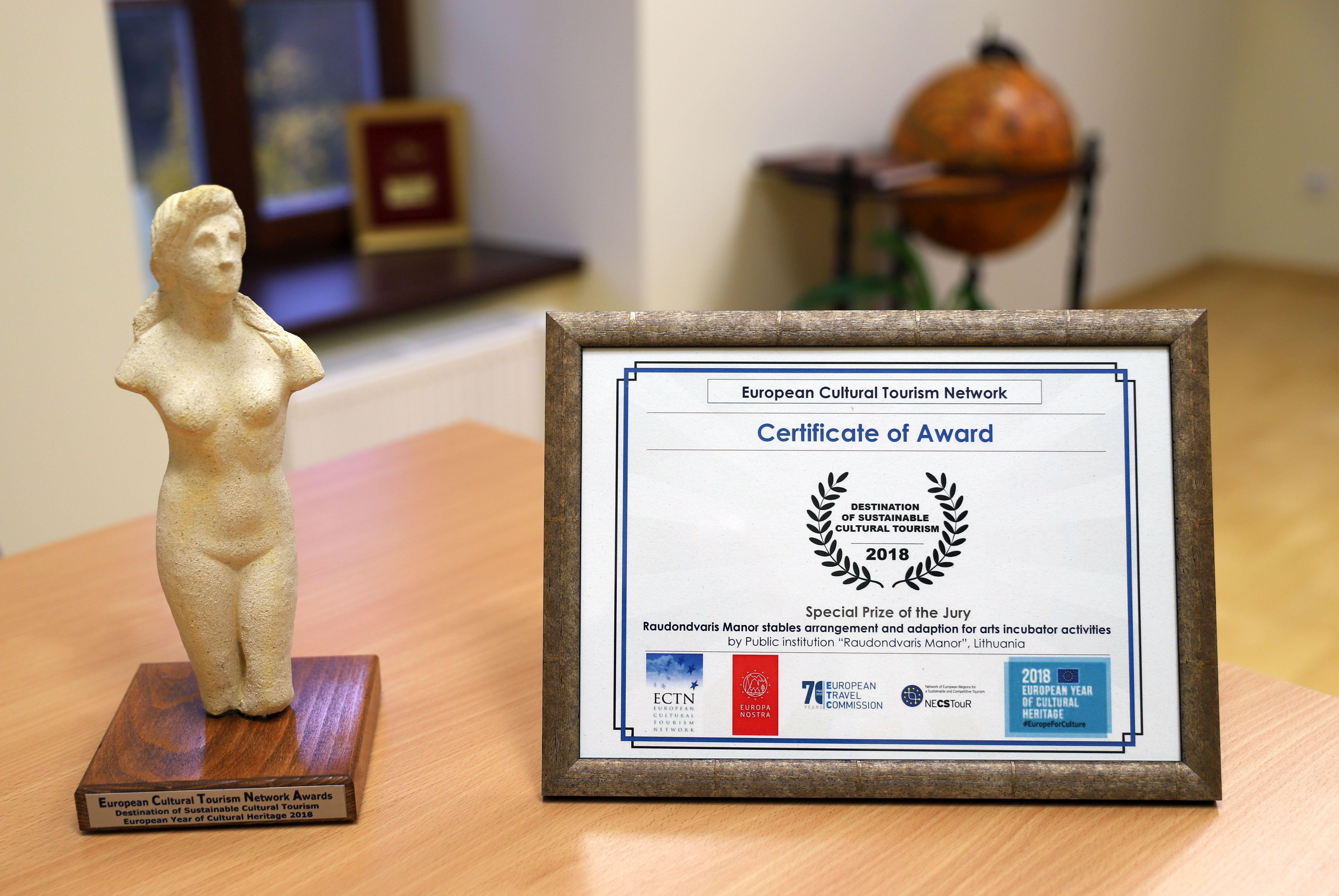 Europos kultūrinio turizmo tinklo specialusis apdovanojimas ir sertifikatas Raudondvario menų inkubatoriui | Kauno rajono savivaldybės nuotr.