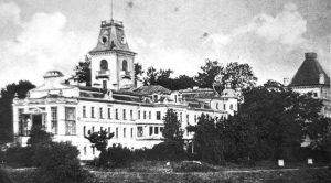 Grafo Eduardo Totlebeno dvaro rūmai Kėdainius puošė iki 1944 metų liepos 30 dienos – tol, kol traukdamasi Vokietijos nacių kariuomenė juos susprogdino. Dabar toje vietoje – miesto parko estrada. Nuotruka iš Jono Jucevičiaus archyvo.