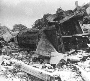 Tiek iš grafo Eduardo Totlebeno dvaro rūmų buvo likę 1944 metų liepos 30-osios pavakarę. Nuotrauka iš Jono Jucevičiaus archyvo.