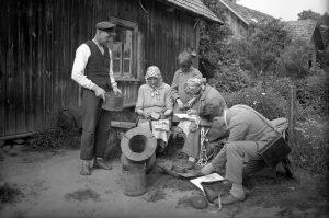 Etnografinės ekspedicijos dalyviai kalbina Rubenių sodybos gyventojus, 1928 metai. Fotografas Andrejs Punka   LNIM nuotr.