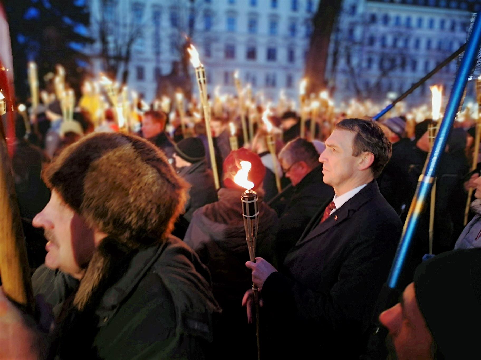 Kandidatas į Lietuvos Respublikos Prezidentus Arvydas Juozaitis žygiuoja eitynės su deglais | A. Stalilionio nuotr.