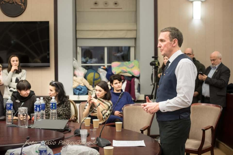 dr. Arvydas Juozaitis kalbasi su ministrės laukiančiais mokytojais | S. Paškevičiaus nuor.
