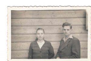 Algimantas su seserimi Rūta, pabėgę iš tremties, Utenoje 1948 m. | Asmeninio albumo nuotr.
