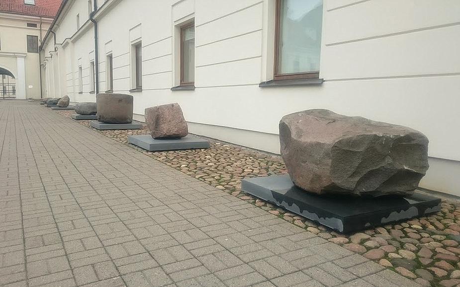 Istorinių akmenų rinkinys Lietuvos nacionalinio muziejaus kieme.   V. Vaitkevičiaus nuotr.