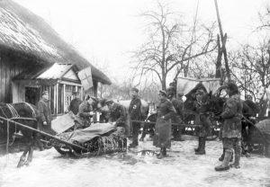 Chirurgas, Vyties Kryžiaus kavalierius Vincas Kanauka (centre) priima sužeistuosius prie karo lazareto Trakų apylinkėse. 1920 m. | Centrinio valstybės archyvo nuotr.