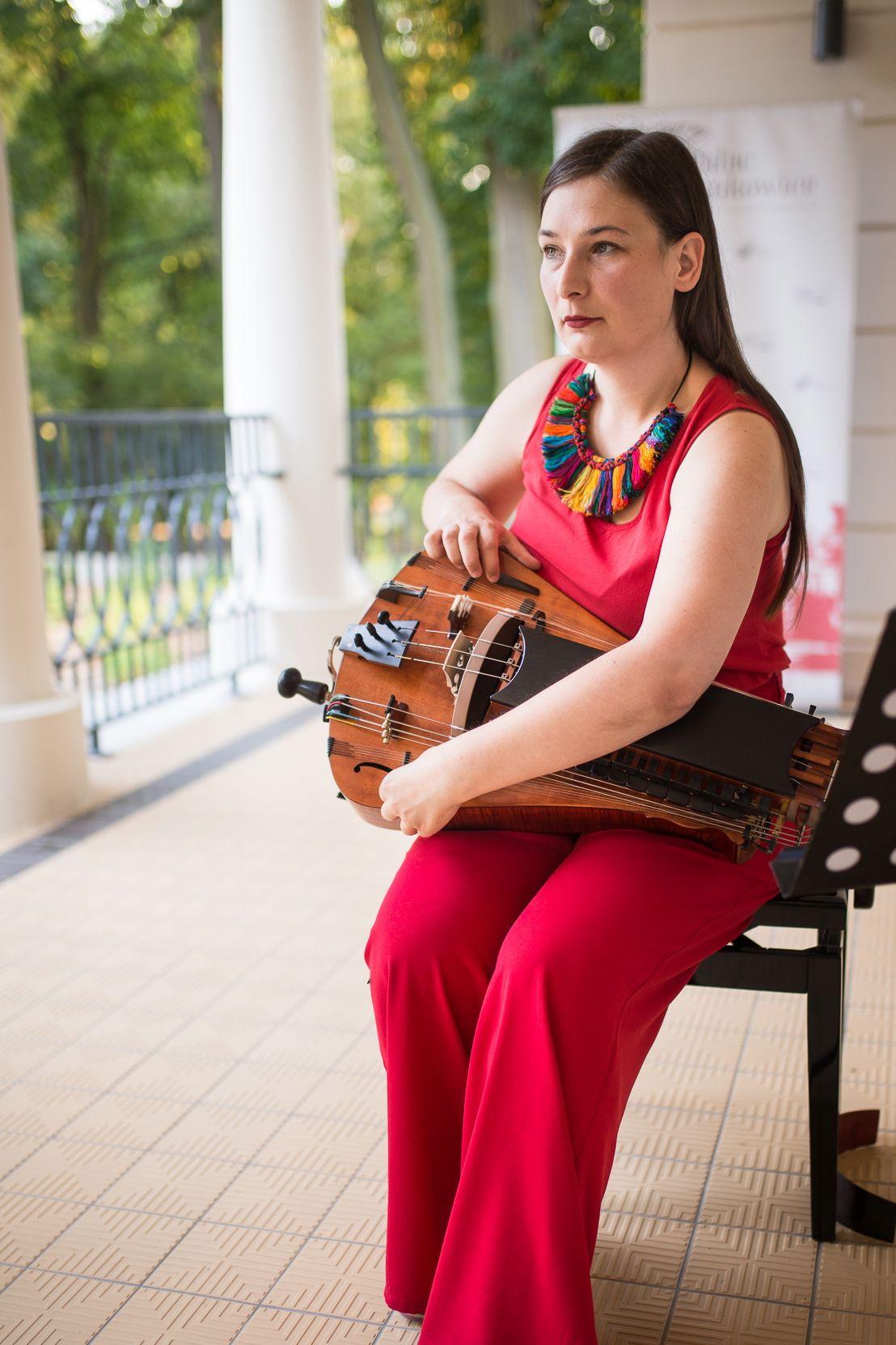 Malvina Pasek (Malwina Paszek) ‒ tradicinės vokalinės muzikos atlikėja, įvaldžiusi daugybę instrumentų: groja akordeonu, pianinu, karimba, citra ir kt., tačiau aistringiausiai įsimylėjusi ratukinę rylą | Klaipėdos etnokultūros centro nuotr.
