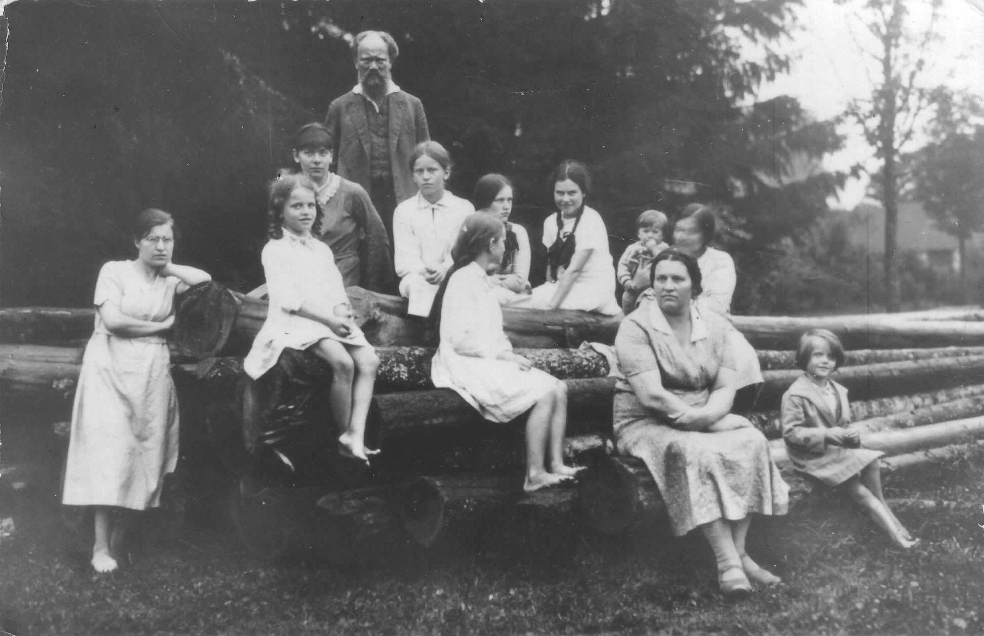 Gausi Emilijos ir Stasio Šilingų šeima. Misiūnai, apie 1931 m. | S. Šilingo draugijos archyvo nuotr.