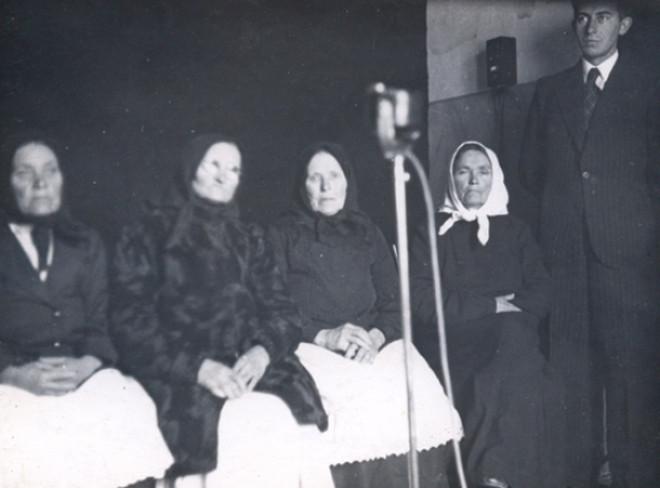 Užulėnio dainininkės Lietuvių tautosakos archyve. Kaunas, 1935. Jurgio Dovydaičio nuotr.
