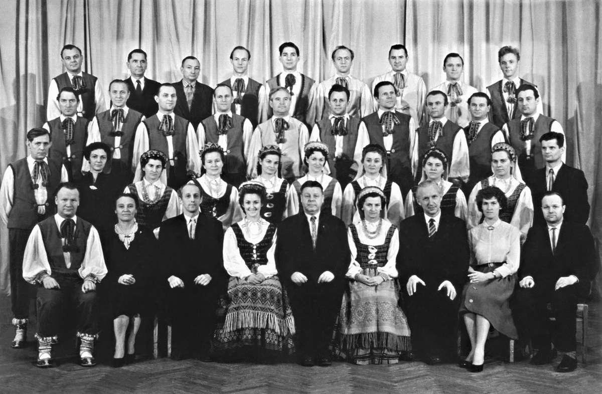 Valstybinio dainų ir šokių ansamblio vadovybė ir atlikėjai.