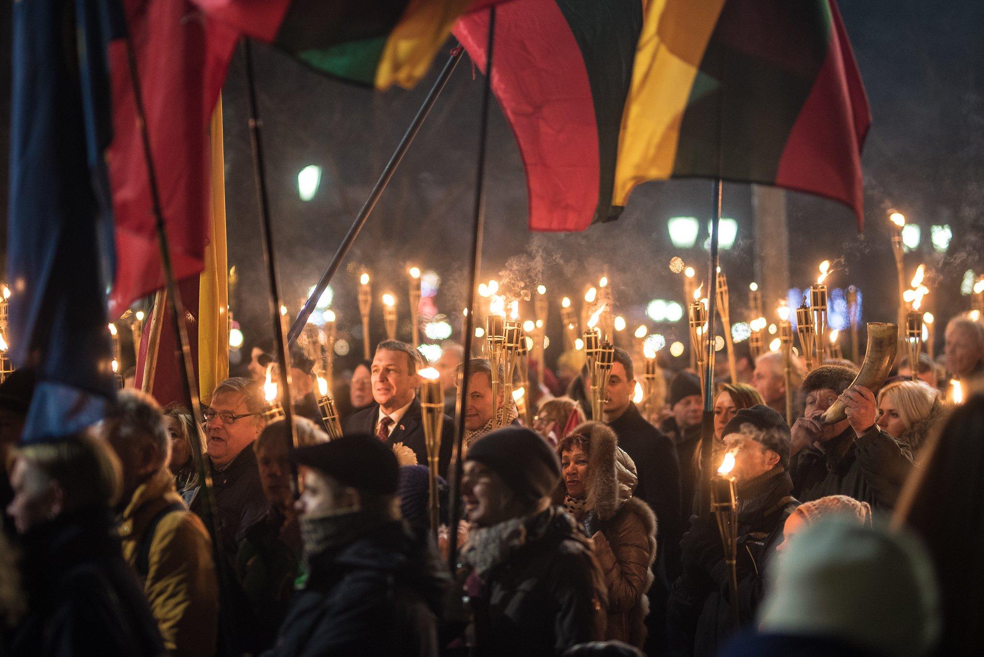 Kandidatas į Lietuvos Respublikos Prezidentus Arvydas Juozaitis žygiuoja eitynės su deglais | A. Bartašiaus nuotr.