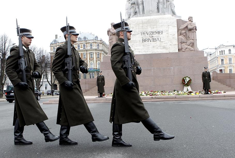 Latvijos karių Garbės sargybos pasikeitimo ceremonija prie Laisvės paminklo | wikipedia.org nuotr.