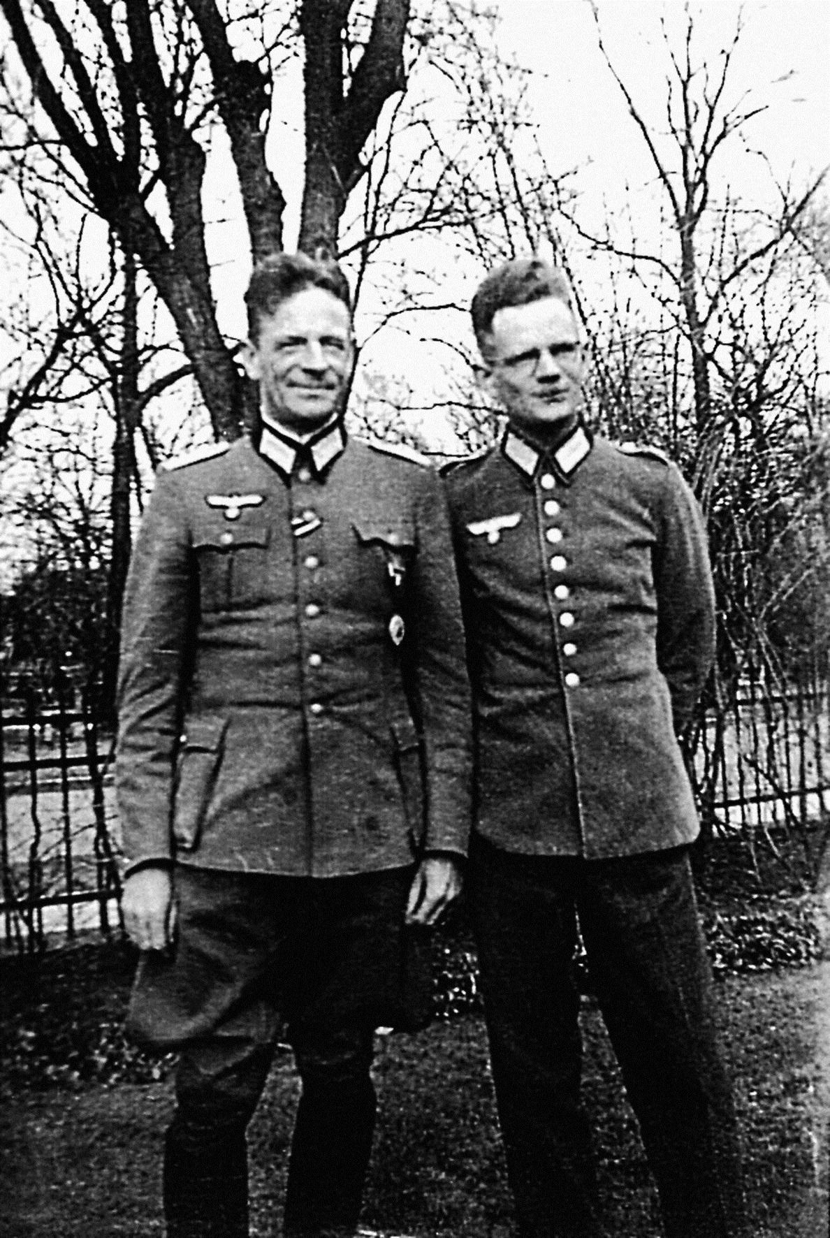 Generolo uniformą vilkintis pplk. A. Kšyžanovskis (slap. Wilk) priima Naugarduko apygardos 5-ojo bataliono partizano R. Kiersnovskio (slap. Puhacz) raportą. 1944 m. liepos 1 d. | Autoriaus asmeninio archyvo nuotr.