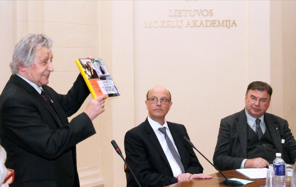 Knygos pristatymo renginyje iš kairės: knygos sudarytojas Vacys Bagdonavičius, Detmoldo burmistras Raineris Heleris (Rainer Heller), kun. Miroslavas Danys | Voruta.lt nuotr.