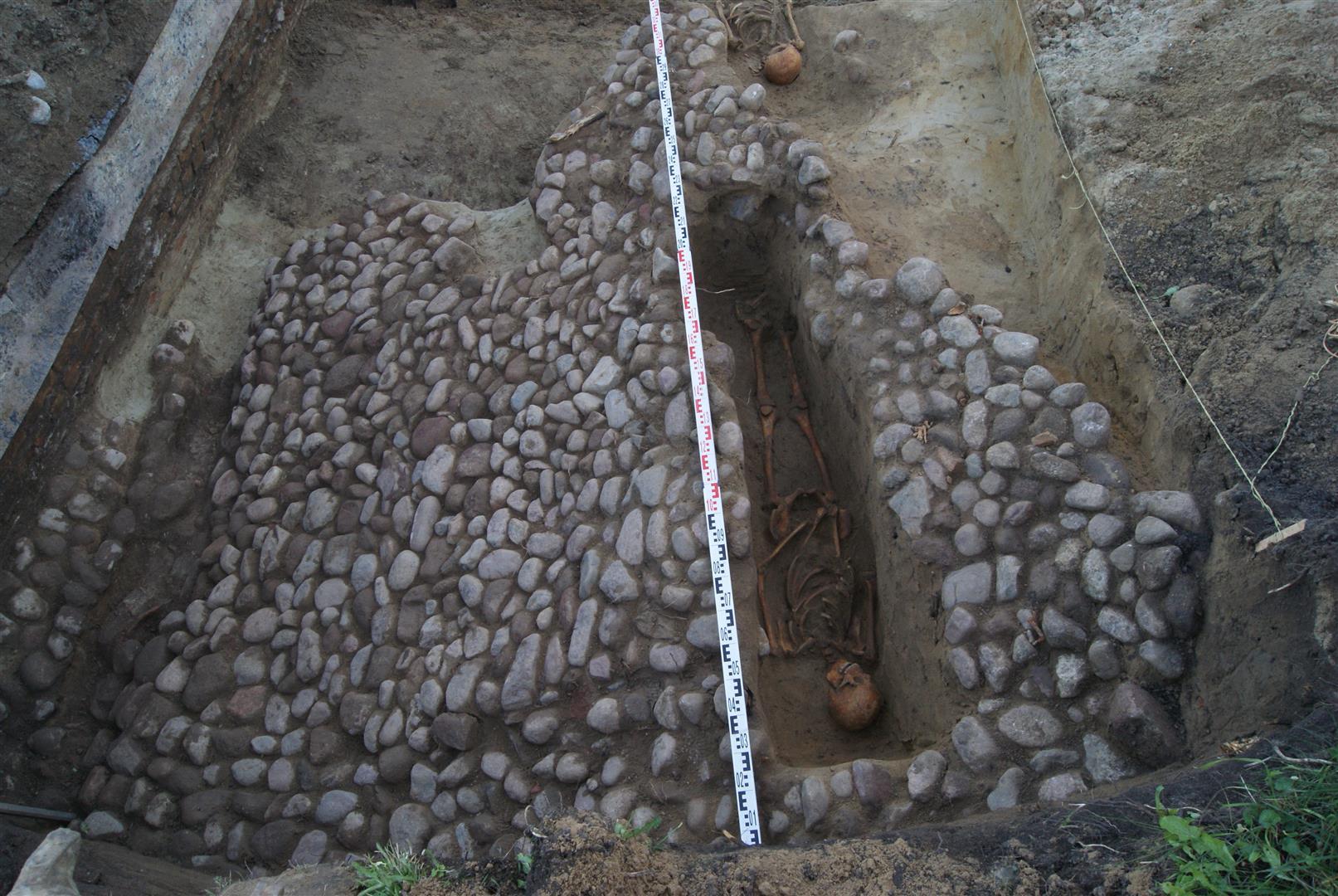 XVI a. grindinys ir XVII a. žmogaus kapas   VšĮ Archeologijos centro nuotr.
