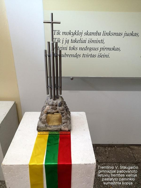 Tremtinio V. Staugaičio gimnazijai padovanojo lietuvių tremties vietoje pastatyto paminklo sumažinta kopija | E. Paškauskienės nuotr.
