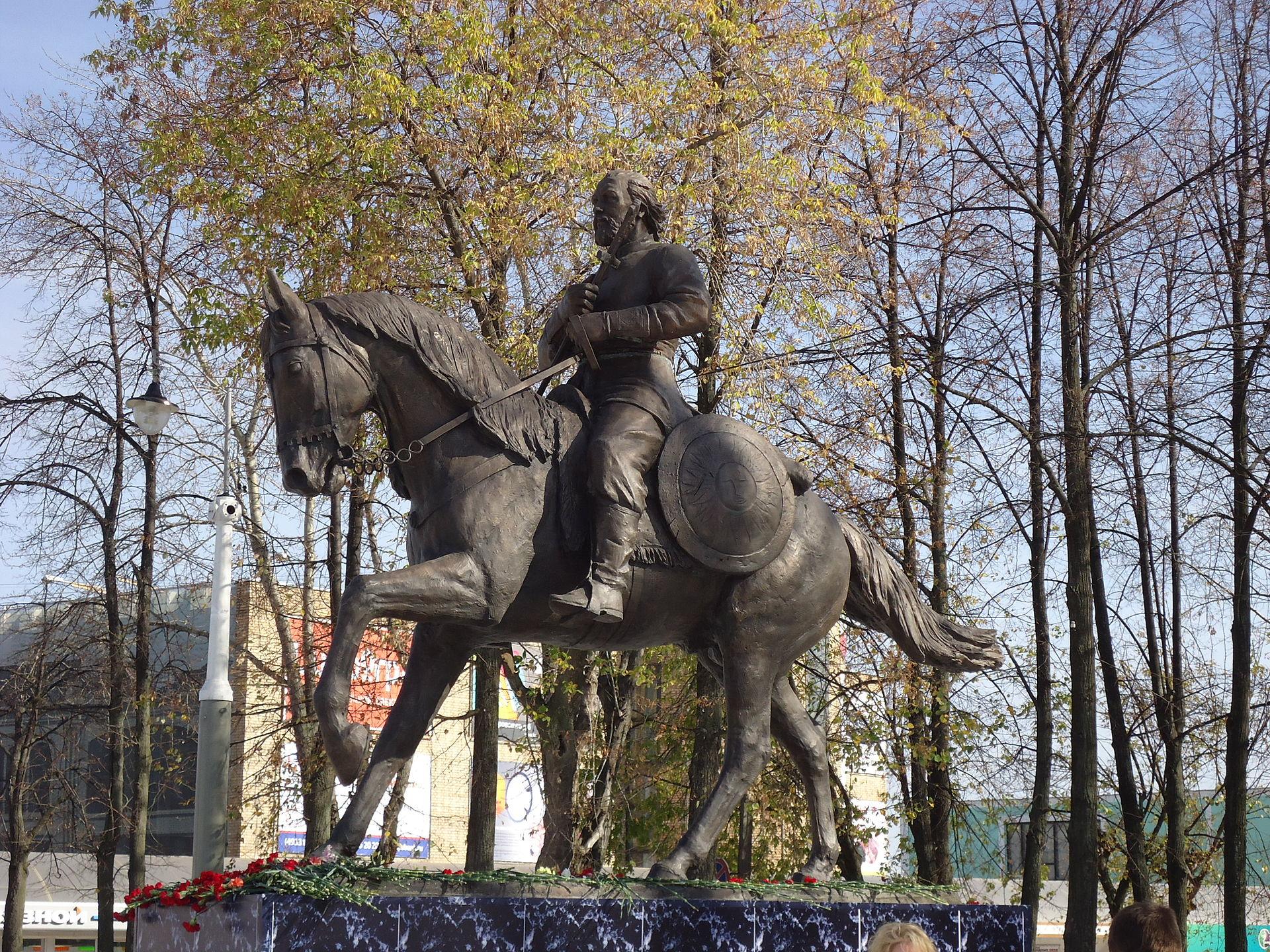 Paminklas vaivadai Fiodorui Boborykinui ir savigynos būriams Kinešmos Revoliucijos aikštėje | wikipedia.org nuotr.
