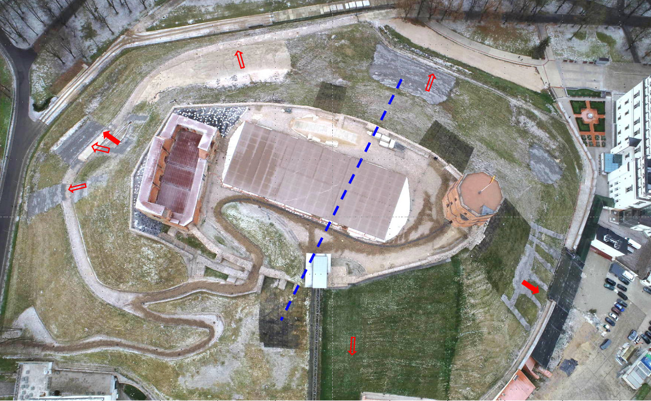Požeminio vandens iškrovos vietos – šaltiniai – nurodyti raudonomis rodyklėmis. Galimas Žemaitijos morenos kraigo paaukštėjimas – mėlyna punktyrinė linija (pagal pož. vandens cheminės analizės duomenis) | V. Račkausko schema