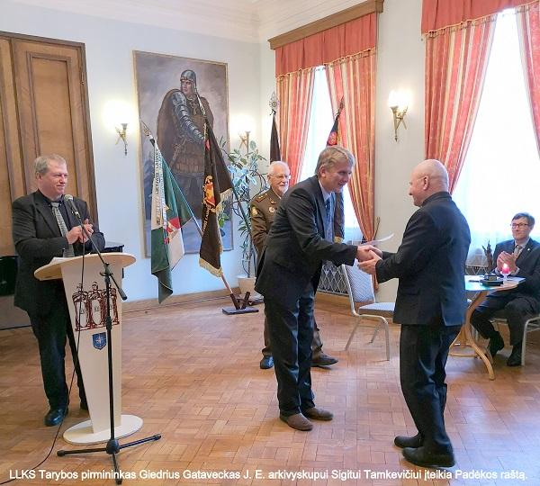 LLKS Tarybos pirmininkas Giedrius Gataveckas J. E. arkivyskupui Sigitui Tamkevičiui įteikia Padėkos raštą | V. Kašinsko nuotr.