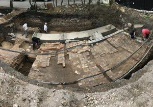 Archeologų atkastų Radvilų rūmų grindinio ir krosnies fragmentai | I. Sadausko nuotr.
