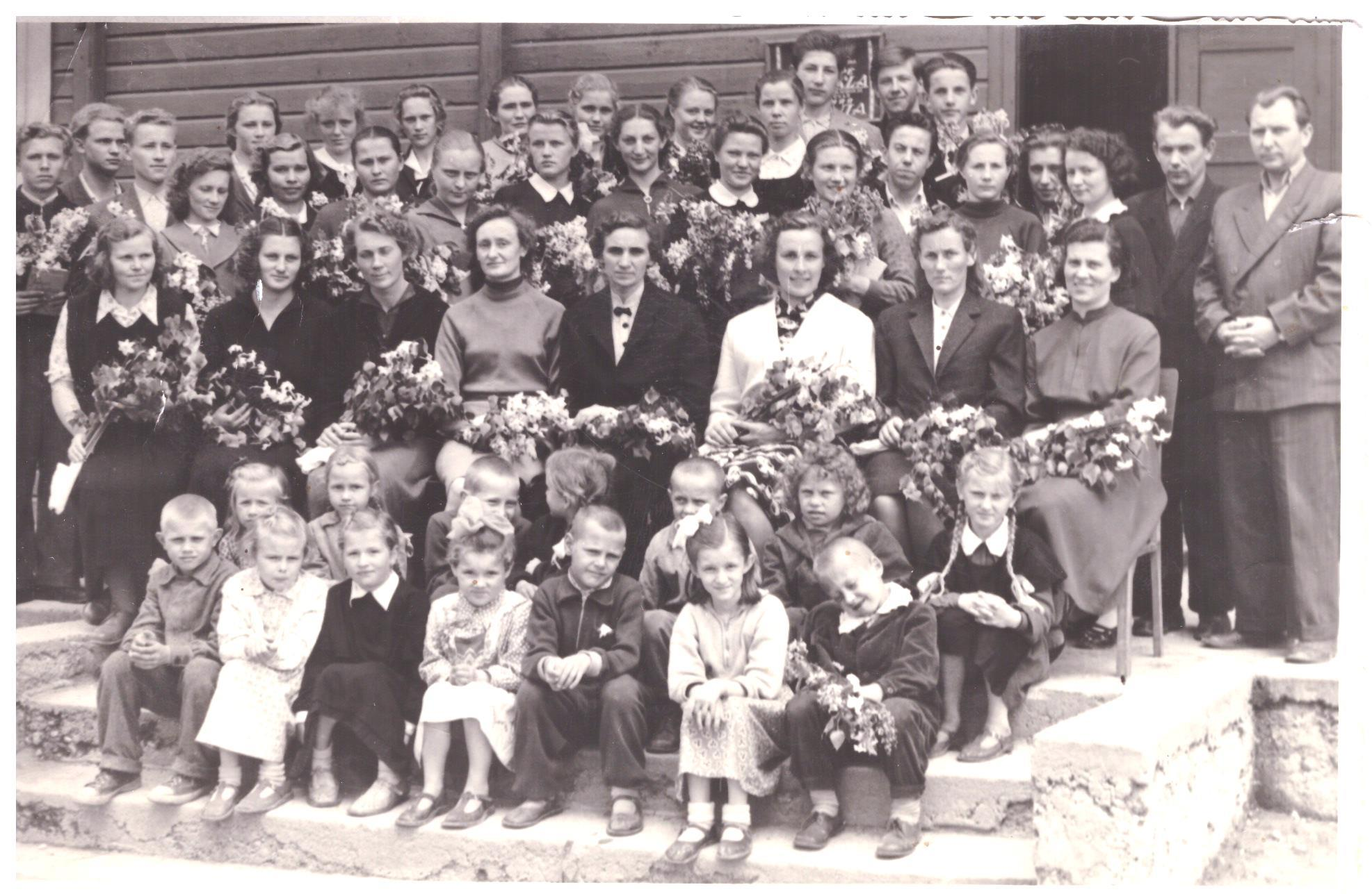 Bazilionų abit.1960 laida po pask. skamb. V. Bagdonavičius stovi ketvirtas iš deš. | mokslolietuva.lt nuotr.