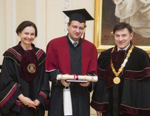 Alko redaktoriui Tomui Baranauskui įteiktos mokslų daktaro regalijos | VDU nuotr.