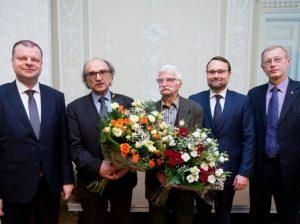 Rašytojui, gamtininkui, kraštotyrininkui Henrikui Gudavičiui (antras iš dešinės) ir fotomenininkui Algimantui Černiauskui (trečiasas iš dešinės) trečiadienį Kultūros ministerijoje įteikta Nacionalinė J. Basanavičiaus premija | lrkm.lt nuotr.