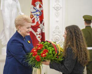 Prezidentė perduoda gėlės – signatarų atminimui pagerbti | lrp.lt nuotr.