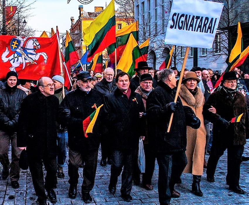 Signatarai Romualdas Ozolas (1939-2015), Algirdas Patackas (1944-2015), Kazimieras Uoka (1951-2016), Leonas Milčius, Vidmantė Jasukaitytė (1948-2018), Vidmantas Povilionis Kovo 11-osios eitynėse Vilniuje 2013 m. | Alkas.lt., A. Sartanavičiaus nuotr.