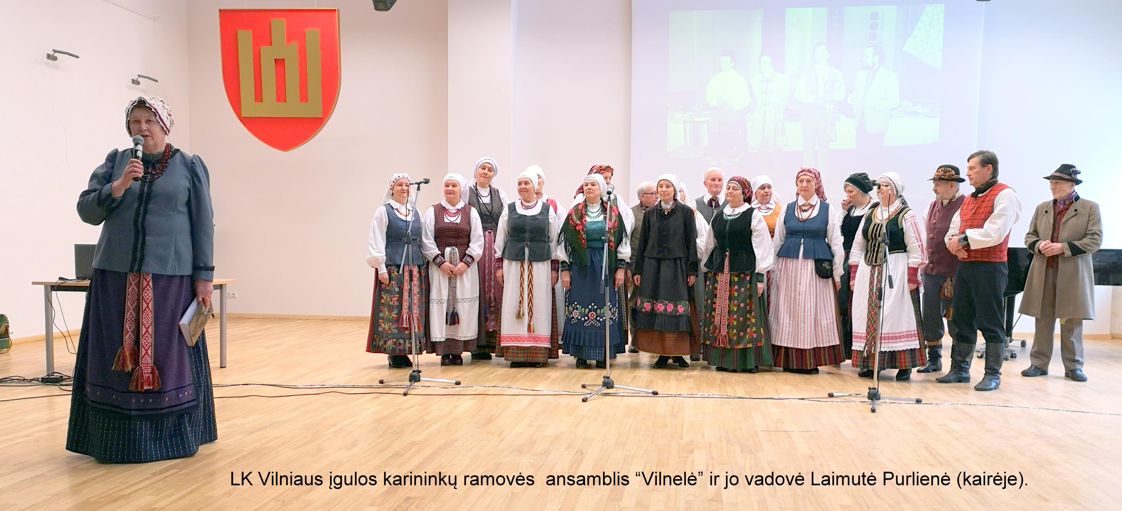 """LK Vilniaus įgulos karininkų ramovės ansamblis """"Vilnelė"""" ir jo vadovė Laimutė Purlienė (kairėje)   A. Grigaitienės nuotr."""