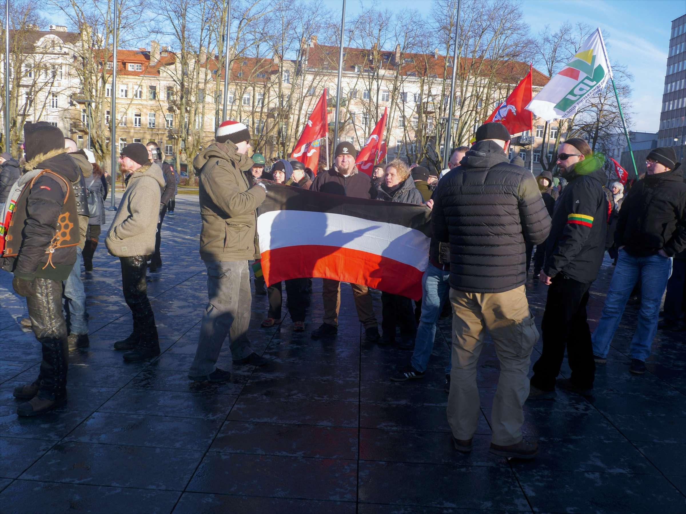 Prieky mūsų kažkokie užsieniečiai laiko nematytą vėliavą: juoda-balta-raudona   Alkas.lt, J. Vaiškūno nuotr.