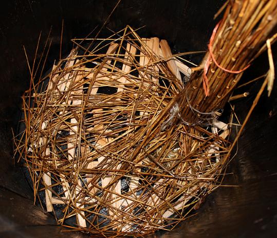 Pasėsčių įrengimas: ant medinių pagaliukų klojami ruginiai šiaudai, o į tekinimo angą įsmeigiama šiaudais aprišta volė. | V. Vaitkevičiaus nuotr.1