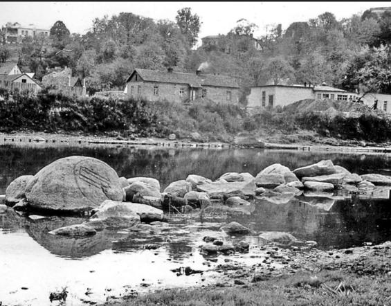 Žvėryno akmens aplinka | V. Šaulio nuotrauka, Liaudies kultūra, 2008, Nr. 5, p. 22)