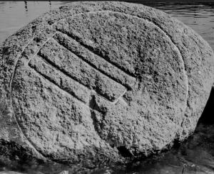 Pirmas žinomas Žvėryno akmens su Gediminaičių stulpais vaizdas | V. Šaulio nuotrauka, Liaudies kultūra, 2008, Nr. 5, p. 19).