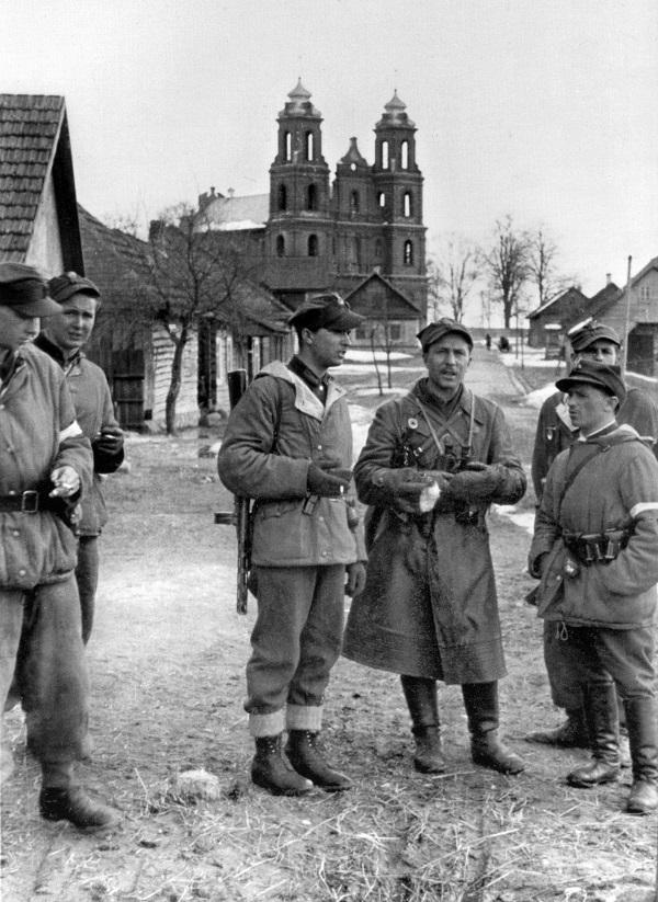 """Bury (centre) su savo kuopos vyrais Turgeliuose 1944 m. balandžio mėn. Akovcai aprengti specialiais Vermachto žieminiais rūbais """"Winteranzug 42"""", išverstais į žalsvąją pusę   """"Voruta"""" nuotr."""