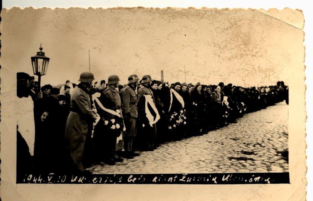 """1944 m. gegužės 10 d. Ukmergėje. Belaukiant žuvusių prie Graužiškių uteniškių palaikų   """"Voruta"""" nuotr."""
