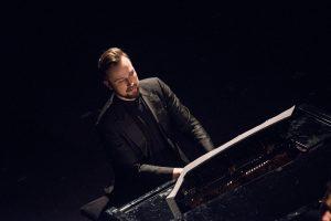 """Pianistas Darius Mažintas: """"Būdami praeities sergėtojais ir nedalyvaudami dabartyje, mes prarandame ateitį.""""   A. Žukovo nuotr."""