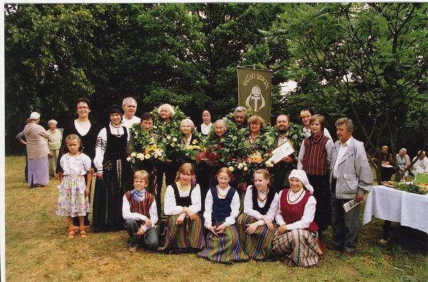 Ievos Jankutės premiją įteikus vydūniečių stovykloje Bitėnuose, 2006 m. rugpj. | Autorių nuotr.